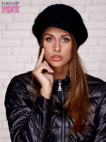 Czarna dziergana czapka z daszkiem