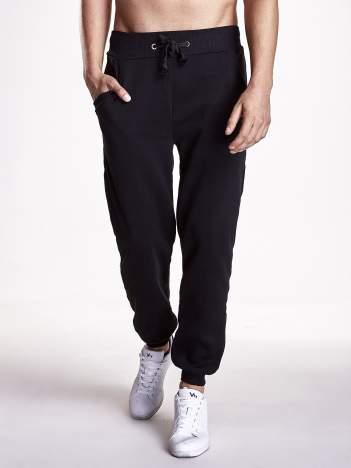 Czarne gładkie spodnie z ociepleniem i kieszeniami
