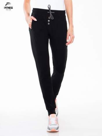 Czarne spodnie dresowe ze ściągaczami na dole