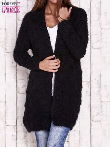 Czarny puchaty sweter z otwartym dekoltem