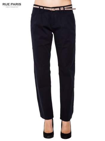 Granatowe spodnie chinos z paskiem z lakierowanej skóry