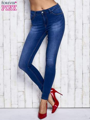 Niebieskie przecierane spodnie jeansowe