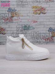 Białe skórzane buty slip on ze złotym suwakiem i napisem