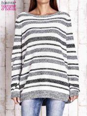 Biały sweter oversize w melanżowe paski