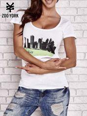 Biały t-shirt z widokiem miasta