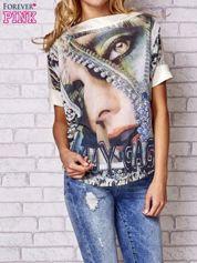 Brzoskwiniowa bluzka z nadrukiem kobiety i złotym tyłem