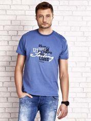 Ciemnoniebieski t-shirt męski z marynarskim motywem i napisem SAILING