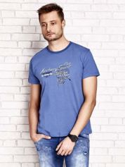 Ciemnoniebieski t-shirt męski ze sportowym nadrukiem i napisami