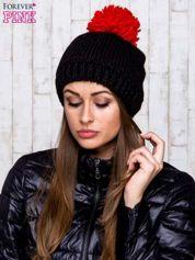 Czarna czapka z kontrastowym pomponem