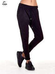 Czarne spodnie dresowe z powijaną nogawką