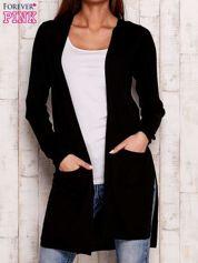 Czarny prążkowany sweter z kieszeniami