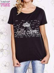 Czarny t-shirt z ozdobnym napisem i kokardą