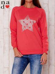 Czerwona bluza z nadrukiem gwiazdy
