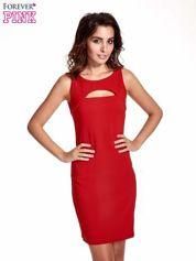 Czerwona sukienka z wycięciem na dekolcie