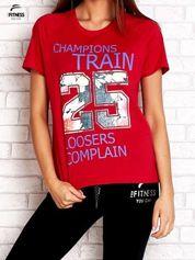 Czerwony t-shirt z kwiatowym numerem 25