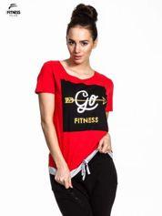 Czerwony t-shirt z napisem GO FITNESS