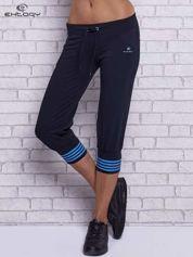Grafitowe spodnie capri z motywem pasków na nogawkach