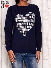 Granatowa bluza z nadrukiem w kształcie serca