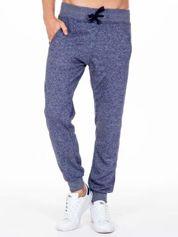 Granatowe melanżowe spodnie męskie z trokami i kieszeniami