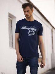 Granatowy t-shirt męski z nadrukiem napisów w sportowym stylu
