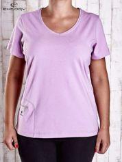 Jasnofioletowy t-shirt z kieszonką i dłuższym tyłem PLUS SIZE