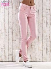 Jasnoróżowe spodnie skinny jeans z dżetami