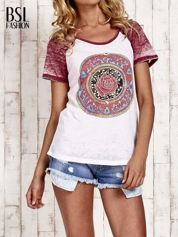 Jasnoróżowy t-shirt z różą efekt acid wash