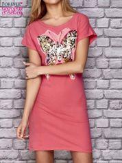 Koralowa sukienka z cekinowym motylem