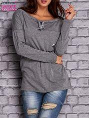 Szara bluzka z wiązaniem przy dekolcie i kieszenią