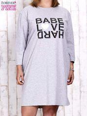 Szara sukienka dresowa z napisem BABE PLUS SIZE