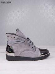 Szare zamszowe sneakersy z ozdobnym suwakiem i lustrzanymi wstawkami