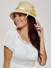 Złoty klasyczny kapelusz z kwiatem i wstążką