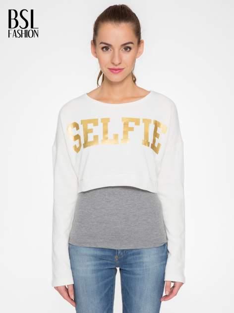 Beżowa bluza cropped ze złotym napisem SELFIE
