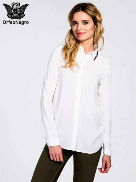 Biała koszula z koralikami na kołnierzyku
