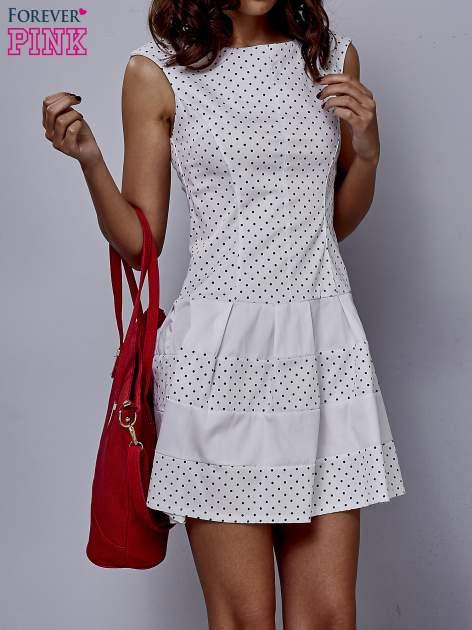 Biała sukienka w groszki z kontrafałdami