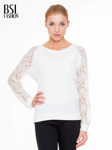 Biała swetrowa bluza z koronkowymi rękawami i rozcięciem na plecach