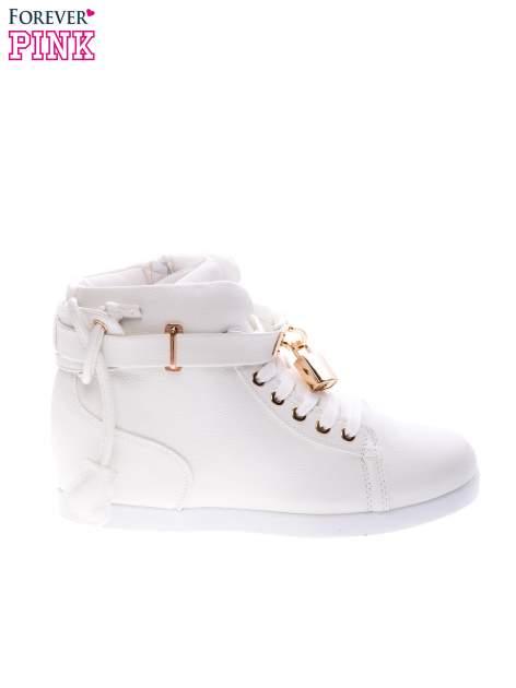 Białe sneakersy do kostek ze złotą kłódką