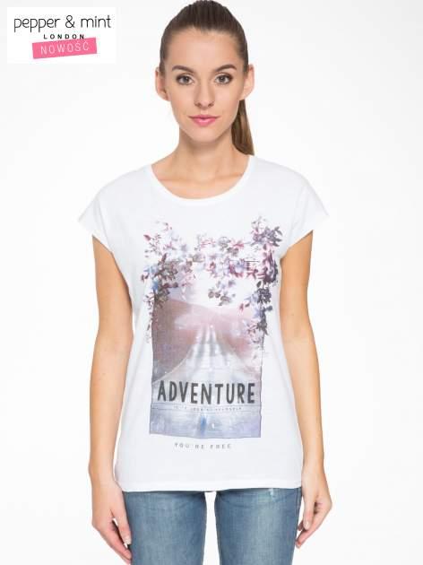 Biały t-shirt z fotografią drogi i napisem ADVENTURE
