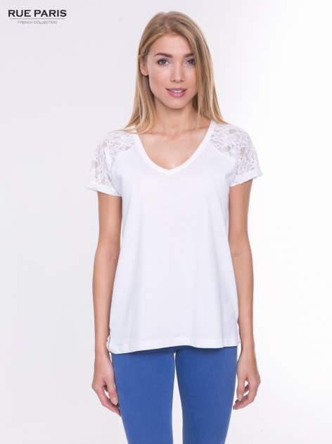 Biały t-shirt z koronkowymi rękawami i szyfonowym tyłem