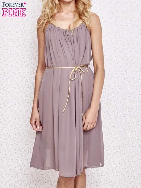 Brązowa grecka sukienka ze złotym paskiem