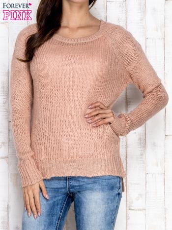 Brzoskwiniowy dzianinowy sweter o szerokim splocie