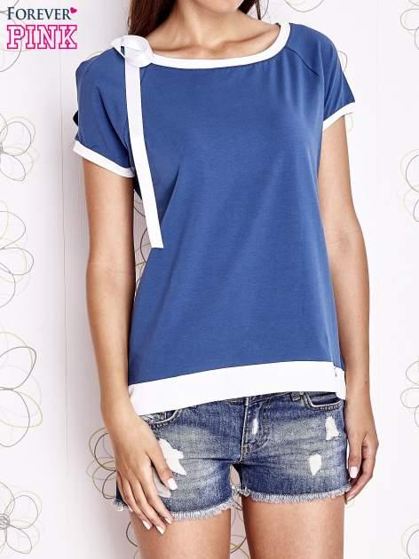 Ciemnoniebieski t-shirt z kokardą