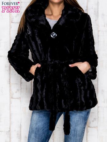Czarna futrzana kurtka z szerokim kołnierzem i paskiem