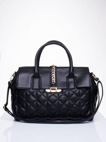 Czarna pikowana torba ze złotym łańcuchem