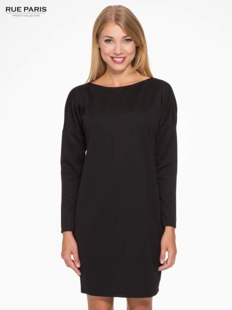Czarna sukienka oversize z obniżoną linią ramion