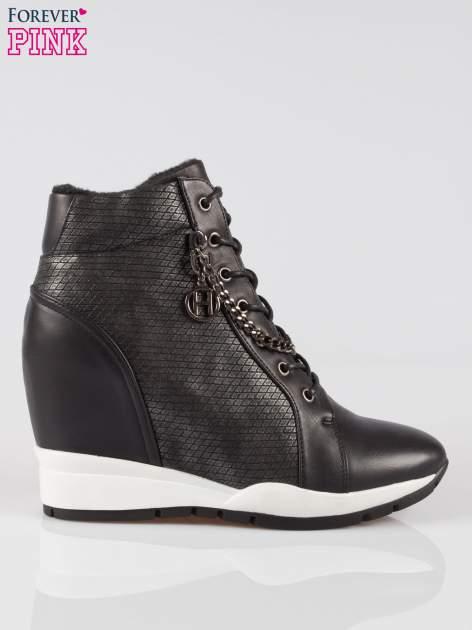 Czarne błyszczące sneakersy z łańcuszkiem