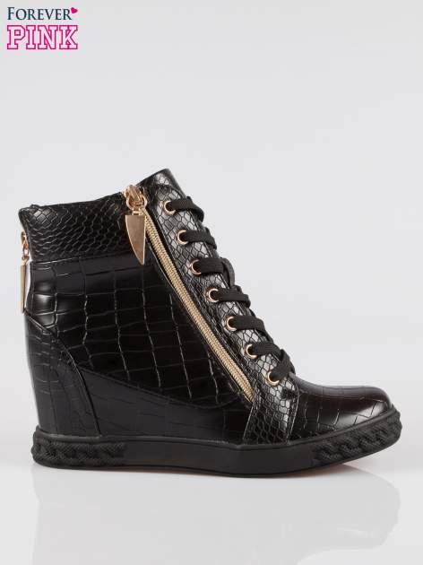 Czarne sneakersy ze skóry tłoczonej w zwierzęce wzory i złotymi suwakami