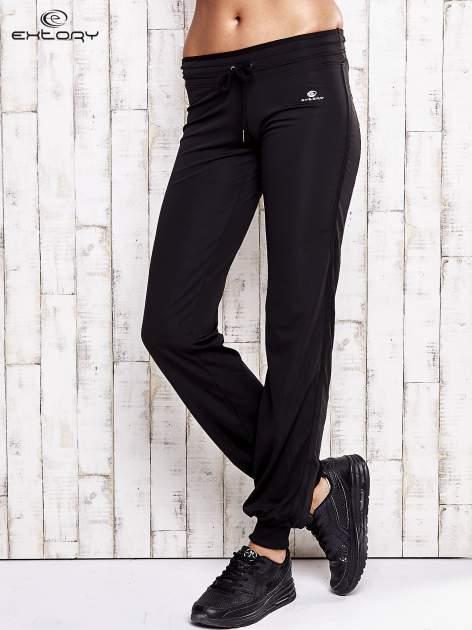 Czarne spodnie dresowe ze ściągaczem