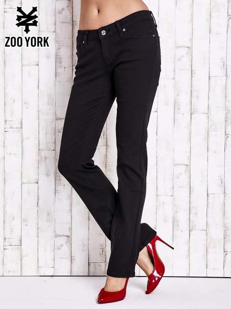 Czarne spodnie o prostym kroju