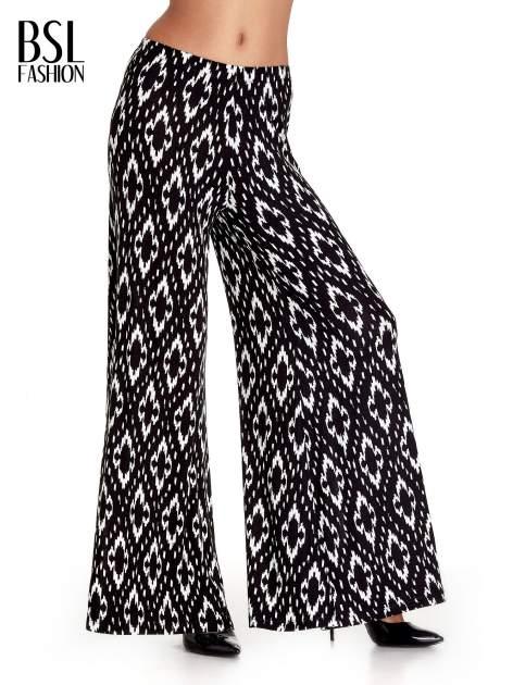 Czarne spodnie palazzo w geometryczne wzory
